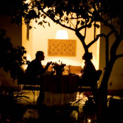 Flitterwochen, Honeymoon: Romantik beim Abendessen im Kerzenschein